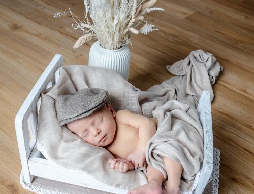 Neugeborenen Fotoshooting im Wochenbett zu Hause statt im Fotostudio